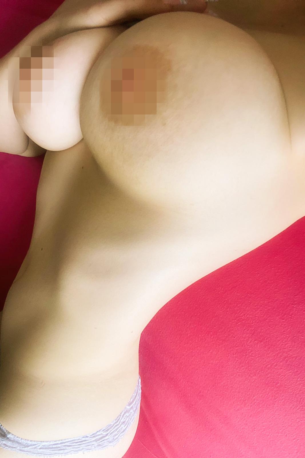 Большая грудь. Женские формы. Девушка лежит.